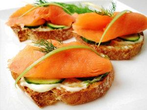 Бутерброды с красной рыбой и огурцом