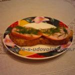 бутерброд с колбасой и чесноком